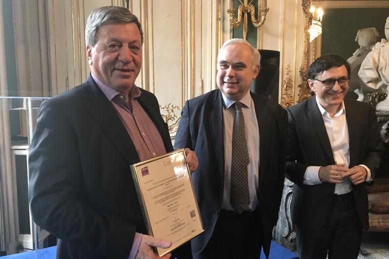 Pascal Rogard et Patrick Raude reçoivent la certification ISO 9001 accordée à la SACD.
